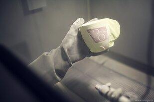 Pískování porcelánových hrnků